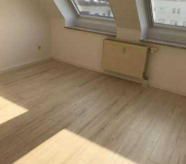 Frisch sanierte 2 Zimmerdachgeschosswohnung mit Einbauküche und Stellplatz zu vermieten!