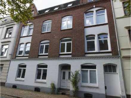 Gepflegte 2-Zimmer-Dachgeschosswohnung mit Balkon und EBK in Neumünster - Interessant auch für Hambu