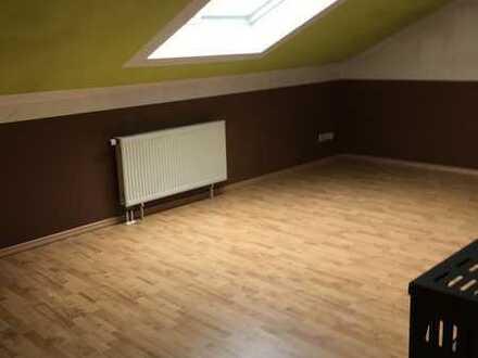 Die helle und gutgeschnittene 3-Zimmer Wohnung ist im DG des Eigentümerhauses