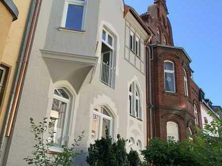 Erstbezug nach Sanierung: Großzügige Wohnung in historischem Stadthaus, D-Gerresheim!