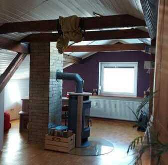Stilvolle, geräumige und gepflegte 1 bis 2 Zimmer-Dachgeschosswohnung mit EBK in Huglfing