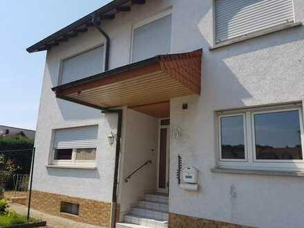 Freistehendes 1-2 familienfreundliches Haus mit großem Hof