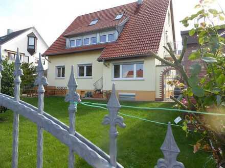Zweifamilienhaus mit Garten und zwei Garagen - TOP renoviert!
