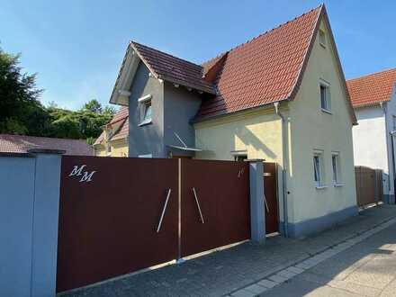 ++ Modernsiertes, freistehendes Einfamilienhaus mit Hof, kleinem Gartenbereich & 3 Garagen ! ++