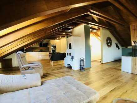 Stilvolle, geräumige und sanierte 1-Zimmer-Dachgeschosswohnung mit Balkon und Einbauküche in Piding