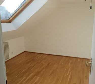 Renovierte 3-Zimmer-Dachgeschosswohnung mit neuer weißer Einbauküche in Sachsenhausen Nord