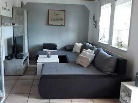 Gepflegte EG-Wohnung mit zwei Zimmern sowie Terrasse und Einbauküche in Engstingen