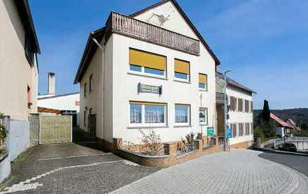 Gepflegte 3,5-Raum-Dachgeschosswohnung mit Balkon und Einbauküche in Eltville am Rhein