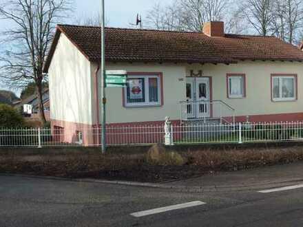 Gepflegtes Einfamilienhaus mit Garten und Garage für die kleine Familie