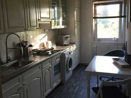 Renovierte DG-Wohnung mit drei Zimmern sowie Balkon und Einbauküche in guter Wohnlage von Celle