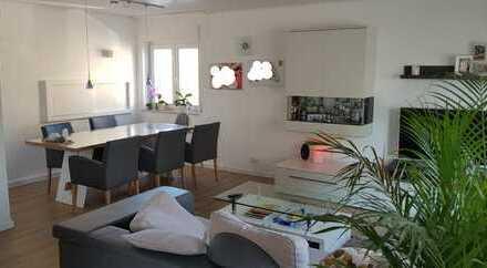 Schöne 5-Zimmer-Wohnung im 2 FH mit Balkon, Garten mit Terrasse und Einbauküche in Rodgau-Hainhausen