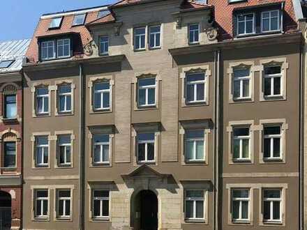 Kleine 1,5-Zimmer-DG-Wohnung in zentrumsnaher Lage mit Einbauküche