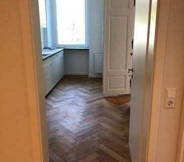 Großes Zimmer frei in renovierter Altbauwohnung