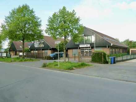 Gewerbeimmobilie mit 2 Hallen und 2 Wohnungen auf parkähnlichem Grundstück