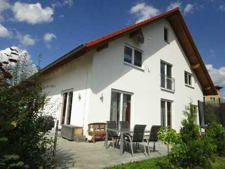 Körle: Schickes Einfamilienhaus mit Doppelgarage und Wohnmobilstellplatz