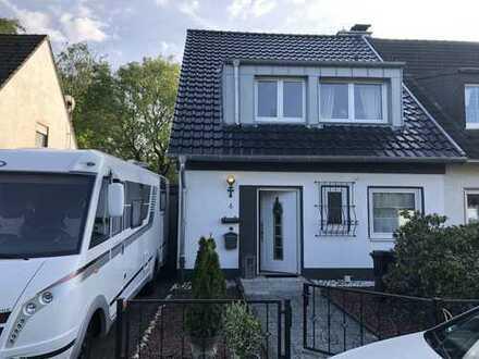 FAMILIENFREUNDLICHE Doppelhaushälfte mit NEUEM DACH & NEUER Gas-Heizung in Bergisch Neukirchen