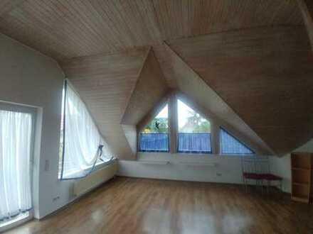 Vollständig renovierte 2-Zimmer-Dachgeschosswohnung mit Balkon und EBK in Haßloch