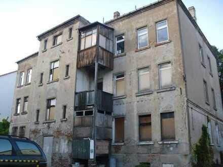 Sanierungsbedürftiges Mehrfamilienhaus (LEER)
