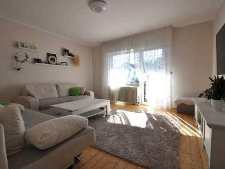2-Zimmer-Erdgeschosswohnung (Hochparterre) mit Dielenböden, Tageslichtbad und Balkon