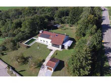 RE/MAX - Neuer Preis! Wunderschön gelegenes großzügiges Einfamilienhaus mit Pool!