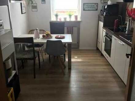 Vollständig renovierte Wohnung in zentraler Lage mit vier Zimmern und Balkon in Regen