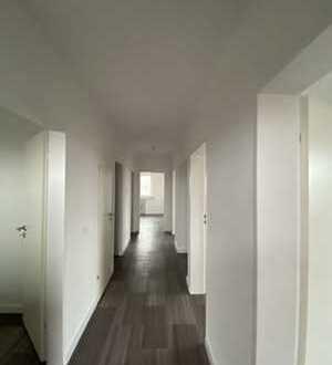 Erstbezug nach Sanierung mit Balkon: preiswerte 4-Zimmer-Wohnung in Wesel
