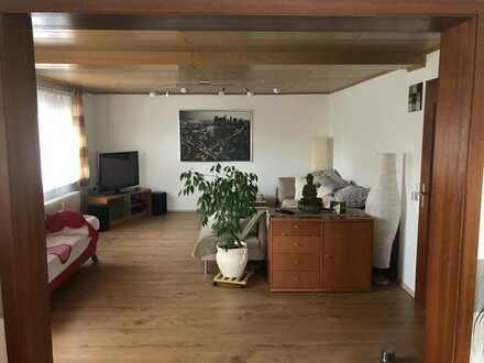 Helle Wohnung mit fünf Zimmern sowie Balkon und EBK in Regglisweiler