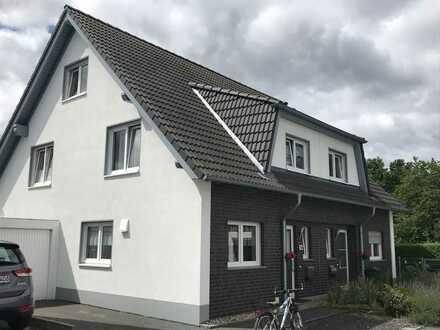 Neuwertige Doppelhaushälfte mit großer Garage in Sackgassenlage