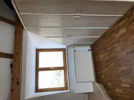 Schönes, helles DG-Zimmer (möbliert) mit eigenem Waschbecken und WC