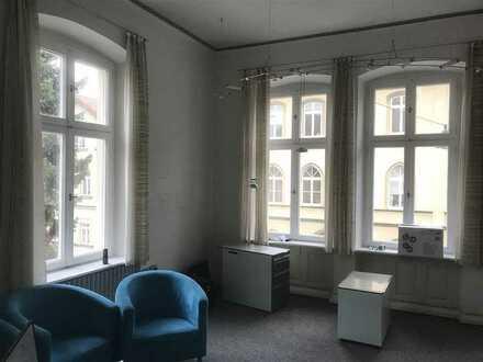Zentral gelegene Büro- und Praxisräume 191 m² u. Pkw-Stellplätze im Innenhof.