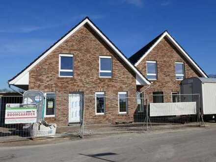 Neubau-Doppelhaushälfte mit Garage in zentraler Wohnlage von Flachsmeer, www.deWeerdt.de