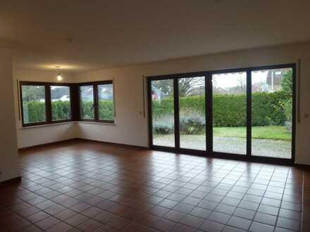 Vollständig renovierte EG-Wohnung mit fünfeinhalb Zimmern sowie Balkon und Einbauküche in Mühltal