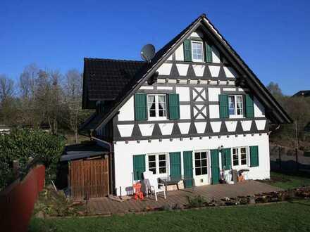 Tolles Holzhaus sucht künftige Bewohner - inklusive Grundstück - voll erschlossen