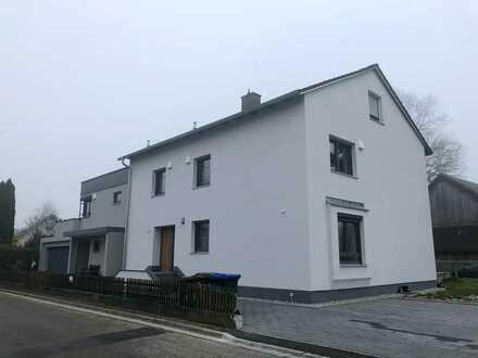 neu sanierte 3 ZKB- Terrassenwohnung in Zweifamilienhaus (zum Teil möbliert, mit Einbauküche)