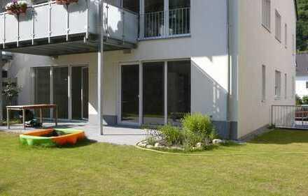 Großzügige Hochparterre-Wohnung mit Garten