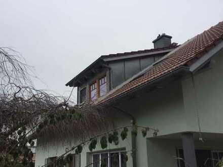 Neuwertige Dachgeschosswohnung mit vier Zimmern sowie Balkon und EBK in Germaringen