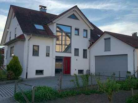 Neuwertige DG-Wohnung mit dreieinhalb Zimmern sowie Balkon und EBK in Ammerbuch