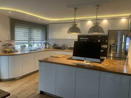 Neuwertige Wohnung mit fünf Zimmern sowie Balkon und EBK in Pfalzgrafenweiler