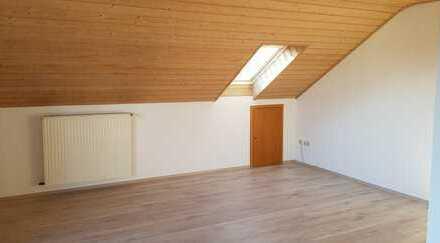 Sanierte DG-Wohnung mit dreieinhalb Zimmern sowie Balkon und Einbauküche in Ichenhausen