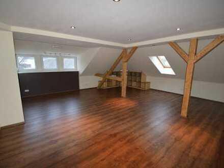 großzügige, modern ausgestattete 2-Raum-Dachgeschoßwohnung