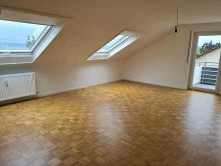 Helle 3-Zimmer-DG-Wohnung mit Süd-West-Balkon in ruhiger Lage