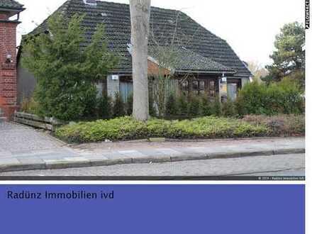 Reinfeld: Einfamilienhaus (Baujahr 1835) in Stadtlage mit Doppel-Carport