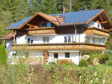Gepflegte Dachgeschosswohnung mit zwei Zimmern sowie Balkon und Einbauküche in Pfronten
