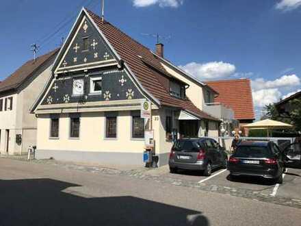 Hof mit Restaurant, zwei Wohneinheiten, einer Scheune und fünf Parkplätze