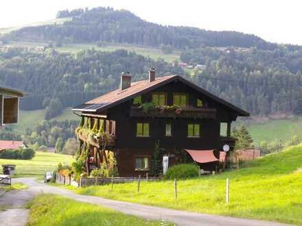 Ein seltenes Juwel am Fuße des Hochgrats - Klassisches Holzhaus mit 4-Einheiten