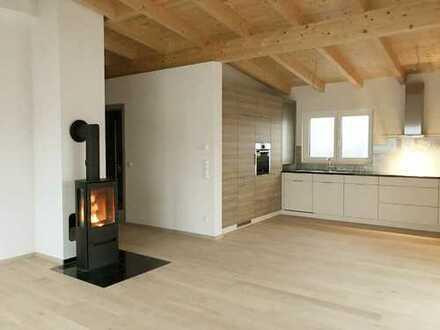 Schickes Penthouse mit Kaminofen und offenem Wohnkonzept