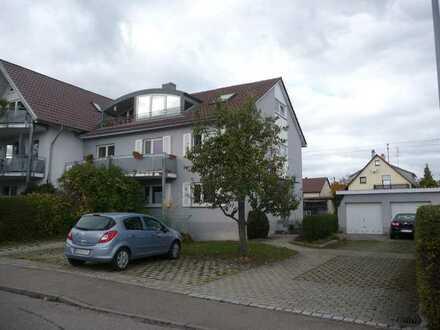 Schöne 3 Zi.-DG-Wohnung mit EBK,Loggia, Keller sowie PKW-Außenstellplatz in Gärtringen, WM: 965€