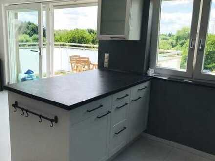 Attraktive 3,5-Zimmer-DG-Wohnung mit Balkon und Einbauküche in Kelsterbach