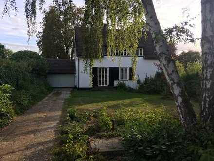 Schöne, helle und romantische Villa Grenze Lohausen/Kaiserswerth mit direktem Zugang zu den Rheinaue