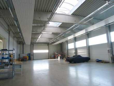 Frei! Neu- und hochwertig gebaut: 600 m² helle Lagerhalle mit Parkplätzen! Preis auf Anfrage!